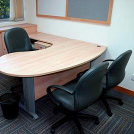 a desk - المنضدة