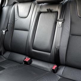 गाड़ी की पिछ्ली सीट - een achterbank