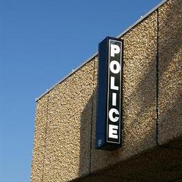 a police station - สถานีตำรวจ